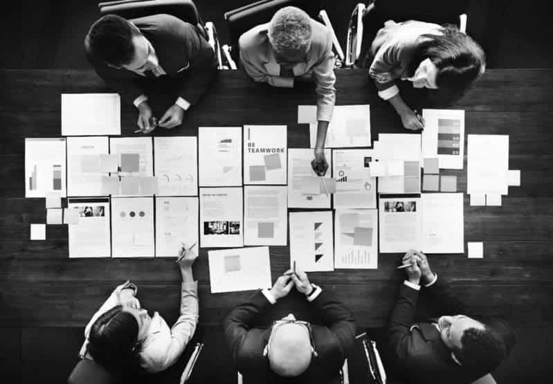 equipo de agencia de publicidad digital reunido