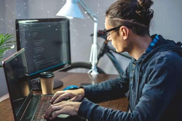 hombre haciendo desarrollo web a la medida en amd