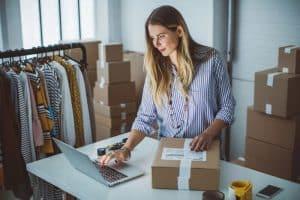 mujer buscando incrementar sus ventas en Amazon