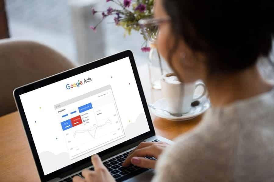 mujer viendo publicidad en google ads Bogotá