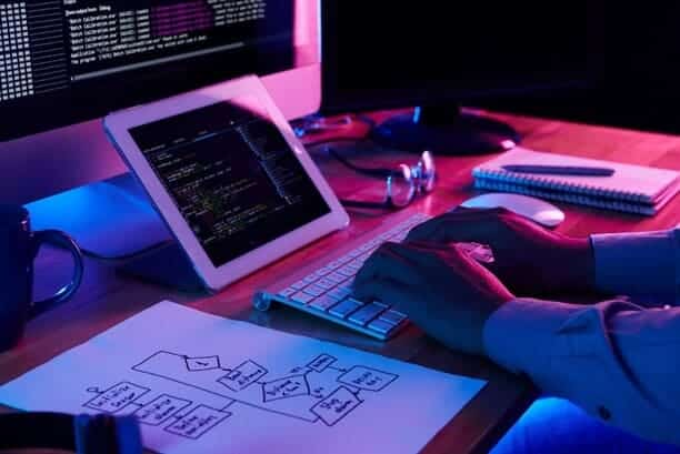 Persona programando que es desarrollo web amd