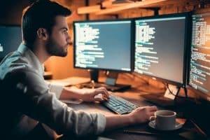Hombre haciendo desarrollo de software