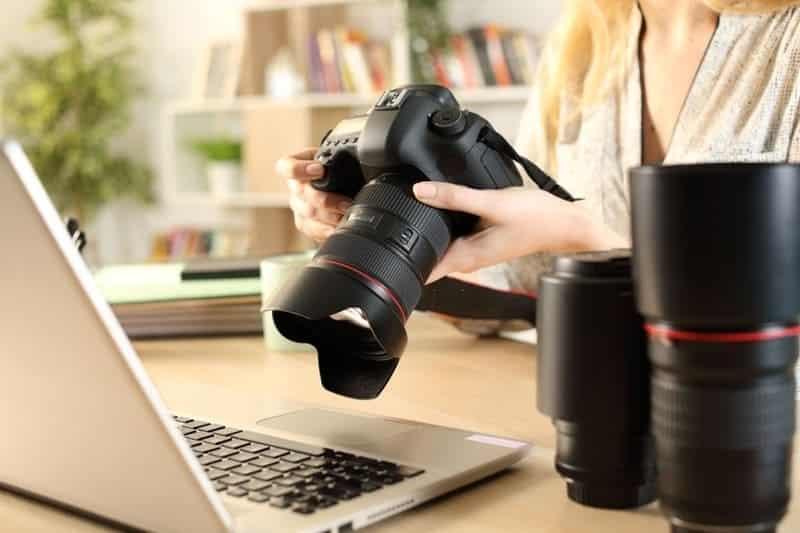 Mujer revisando cámara para sesión de fotografia profesional en colombia