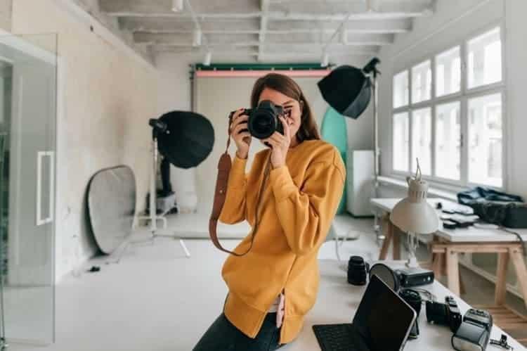 Mujer apasionada por la fotografia de producto profesional